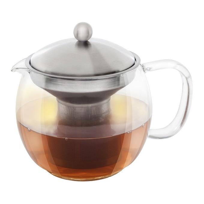 Après l'avoir filtré, Cilia accessoirise le thé