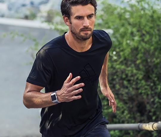 Fitbit Ionic édition Adidas, trois bandes pour un bracelet