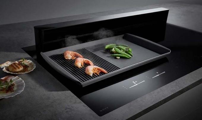 Novy Panorama,  une table de cuisson avec une hotte qui se montre à la hauteur
