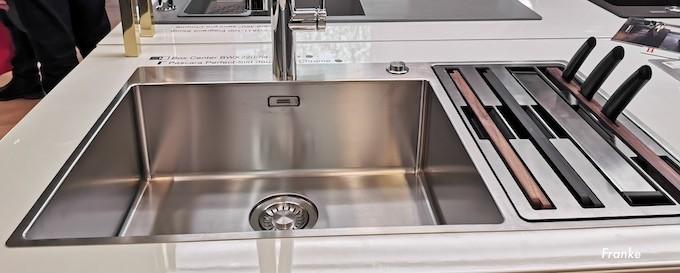 De l'évier au robinet, le plan d'eau donne du style à la cuisine