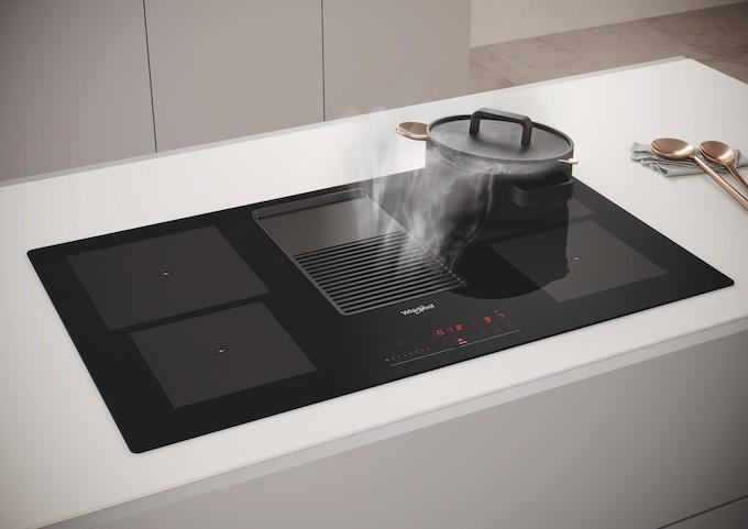 Whirlpool WVH92K, une table de cuisson avec hotte intégrée pour la W Collection