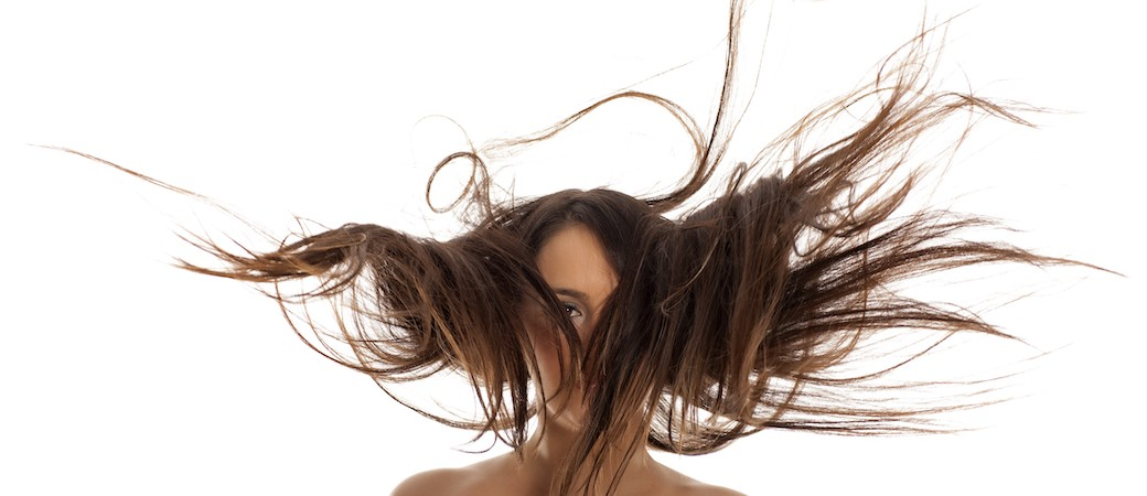 Comment choisir le sèche-cheveux qui ne nous les abîme pas (nos cheveux)