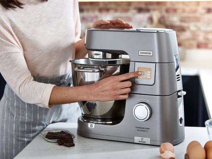 Kenwood Titanium Chef Pâtissier XL, un robot qui pâtisse, pèse et chauffe