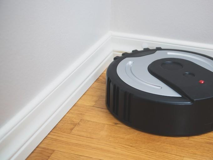 Les aspirateurs robots aspirent-ils dans les coins et le long des plinthes ?