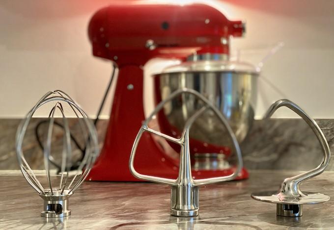 Feuille, fouet et crochet : à quoi servent les 3 accessoires vedettes du robot pâtissier ?